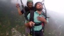 Cet homme souffrant du vertige se lance le défi de faire du parapente