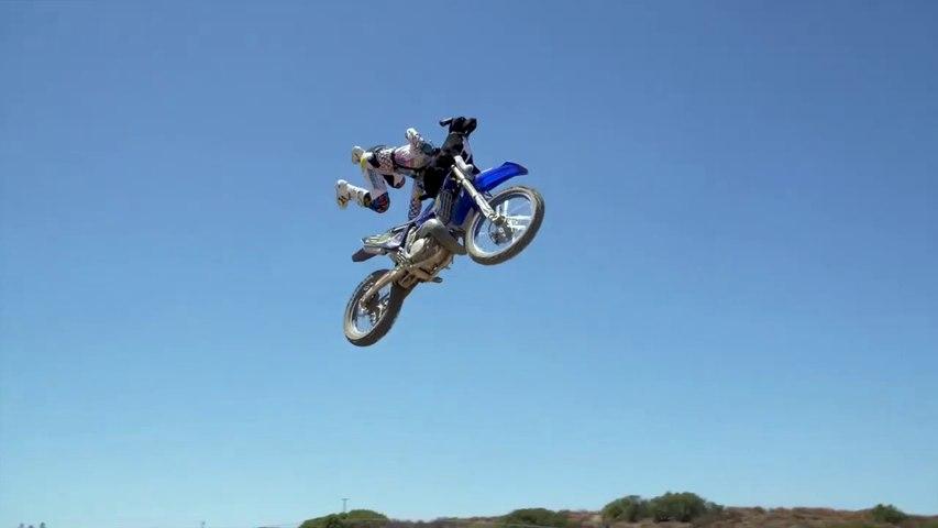 Ce champion de motocross s'amuse à faire des sauts avec son chien