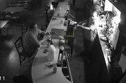 Le client le plus relax du monde pendant le braquage d'un bar !
