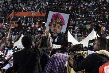 Enterrement de DJ Arafat : des fans ouvrent son cercueil