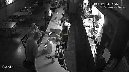 Le client d'un bar continue sa vie tranquille pendant un braquage