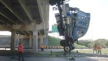 Un camion tombe d'un pont, le chauffeur s'en sort indemne
