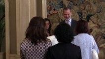 El peculiar saludo de la reina Letizia a un hombre sordociego