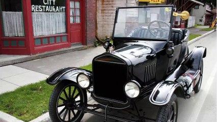 Anciano conserva y conduce su auto por 70 años