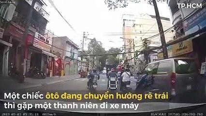 Thanh niên chạy xe máy bất ngờ giơ cùi chỏ đập gãy gương ôtô tại Sài Gòn