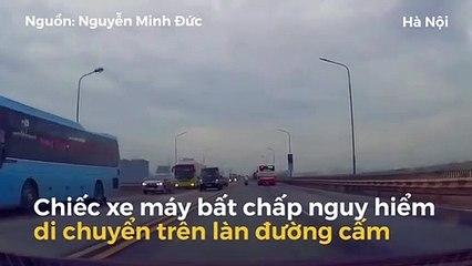 Xe máy đi lên đường cấm trên cầu Thăng Long suýt gây họa cho xe bus