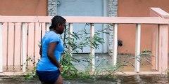 Angustiosas imágenes de un grupo de deseperadas personas arrastradas por  las inundaciones provocadas por Dorian