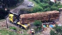 Ce chauffeur de camion réussit l'impossible en passant sur ce tout petit pont !!