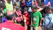 - Çadırlarda yaşayan İdliblilere Türk Kızılayından yardım eli- İdliblilere yardım eli yine Kızılaydan geldi- Türkiye sınırına yakın güvenli bölgelere göç eden İdliblilere Türk Kızılayından yardım eli