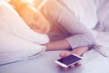 Dormir con tu teléfono móvil: 3 cosas que debes saber
