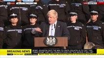 Royaume-Uni : Le Premier ministre Boris Johnson poursuit son discours malgré le malaise d'une jeune policière - VIDEO