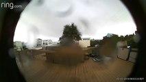 La caméra de sa sonnette de porte filme l'ouragan Dorian emporter la maison