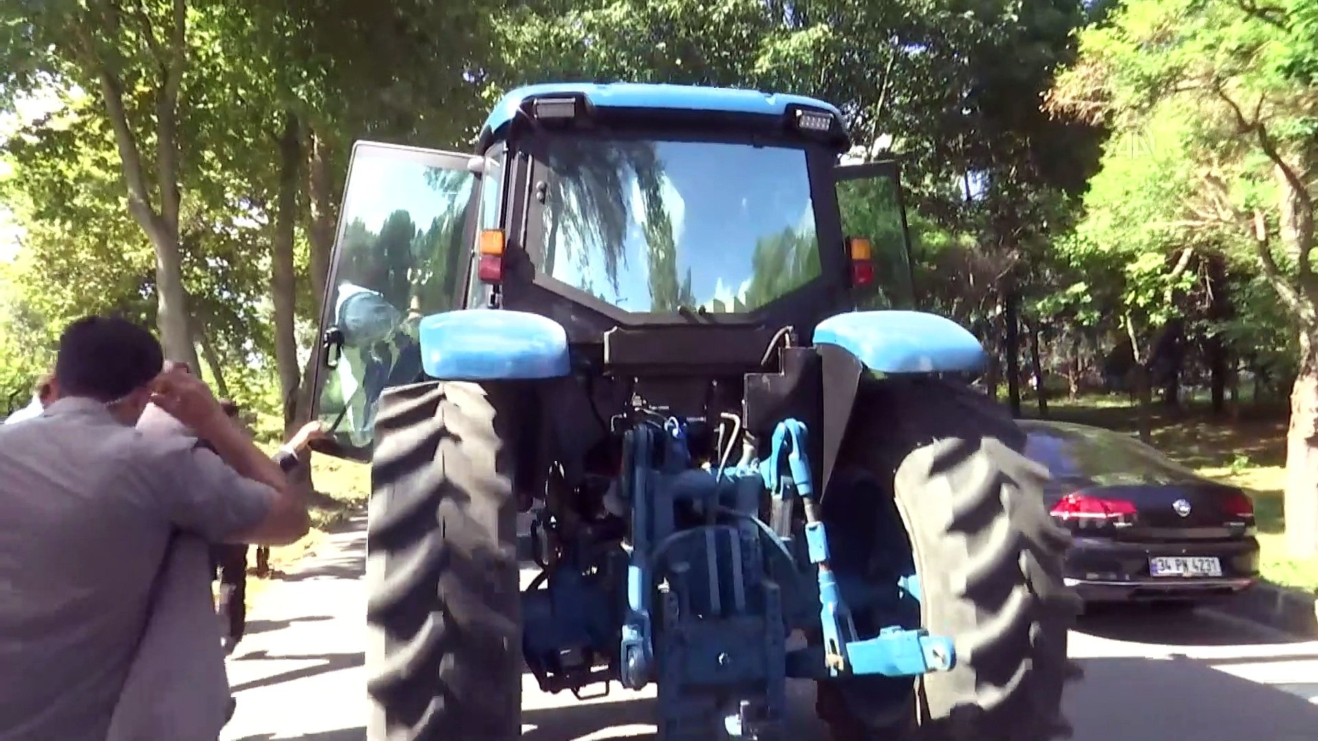 Şentop ve Pakdemirli yerli ve milli elektrikli traktörü test etti - İSTANBUL