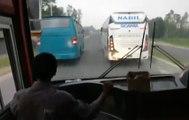 Ce chauffeur de car conduit de façon ultra dangereuse au Bangladesh !