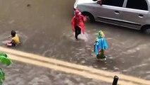 Ces enfants profitent des inondations pour nager dans la rue