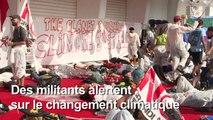 Venise : des manifestants occupent le tapis rouge du festival