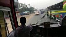 Ce chauffeur de bus est dingue et très dangereux - Bangladesh !