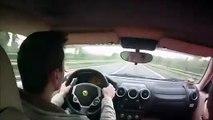 Ce conducteur au volant de sa Ferrari va avoir un reflexe incroyable