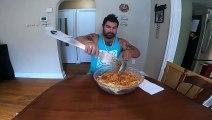 Il mange 5kgs de spaghettis avec des couverts géants !