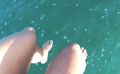 Deux touristes en parachute ascensionnel  atterrissent dans une mer remplie de méduses