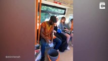 Il lave son linge dans le métro.. pour se moquer des passagers !