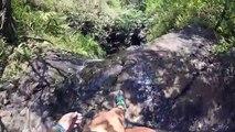 Elle s'approche au bord d'une cascade et chute (Hawaï)