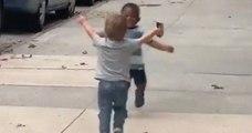 La vidéo de deux enfants, meilleurs amis au monde, courant l'un vers l'autre pour s'enlacer fait fondre la toile