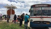 """Un autobús """"vintage"""" transporta  pasajeros hacia la Caracas futura"""