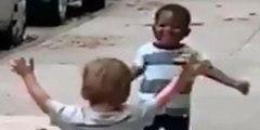 La historia real detrás del vídeo de dos niños que ha dado la vuelta al mundo