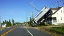 Un camion se soulève et atterrit sur une maison