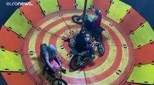 """شاهد: إندونيسية تخوض غمار رياضة """"حائط الموت"""" بحجاب بدل الخوذة"""