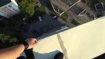 VIDÉO : Un freerunner rate son saut et s'en sort miraculeusement grâce à des câbles