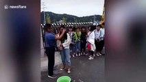 Ce prof nettoie le maquillage des filles à l'entrée du lycée en Chine !