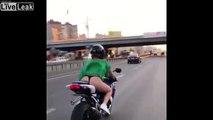 Cette motarde oublie sa robe qui vole..