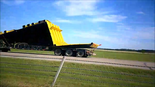 MCH 186 LARGEST DUMP TRUCK IN THE WORLD GOING TO FORT MACMURRY.