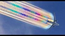 Un avion de ligne lâche une trainée arc-en-ciel