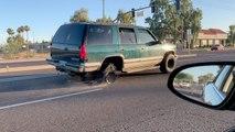 Sa voiture a une roue en moins, il continue de rouler sur la jante