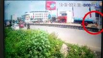 சுபஸ்ரீ மீது பேனர் விழும் பதைபதைக்க வைக்கும் வீடியோ காட்சி |  Chennai Subashree Accident CCTV Video