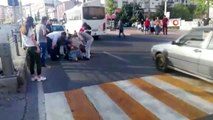 Yaralı kadın hastaneye götürülürken ikinci kazadan kıl payı kurtuldu...Kaza anı böyle görüntülendi
