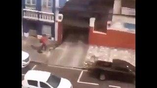 Pris en flagrant délit en train de voler un escabeau à l'arrière d'un pick-up !