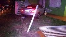 Mercedes-Benz invade pátio de residência após se envolver em acidente no Centro
