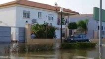 Patrullas de voluntarios reparten comida en kayak a los vecinos atrapados en Dolores (Alicante)