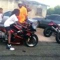 Un enfant de 12 ans fait un énorme burn en moto