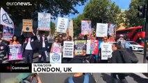 Des militants d'Extinction Rebellion manifestent contre la Fashion Week