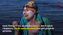 En rémission de son cancer du sein, elle traverse quatre fois la Manche à la nage sans s'arrêter