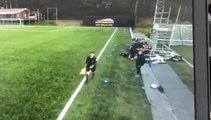 Un entraineur de foot arrête un ballon poussé par le vent... mais pas que !