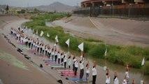 Une cinquantaine de yogis a manifesté dimanche le long de la frontière entre les États-Unis et le Mexique