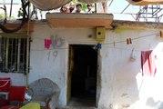 Yılanların eve yuva yaptığını iddia eden kadın, 3 çocuğuyla damda uyuyor