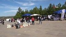 Uşak Üniversitesi Rektörü Savaş, topluluk stantlarını gezerek öğrencilere destek verdi