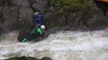 Un Kayakiste se retrouve piégé dans une rivière en crue